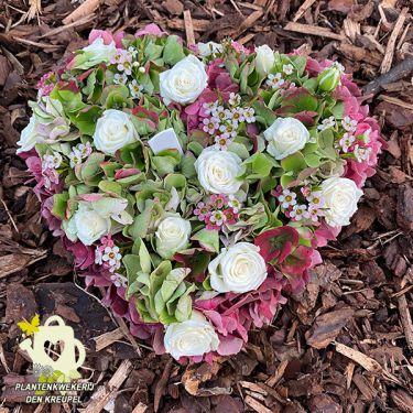a1-a-bloemstukken-witte-roosjes-hart