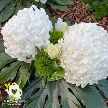 a1-bloemstuk-witte-bolchrysanten
